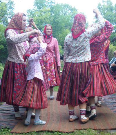 Kihnu_tantsijad